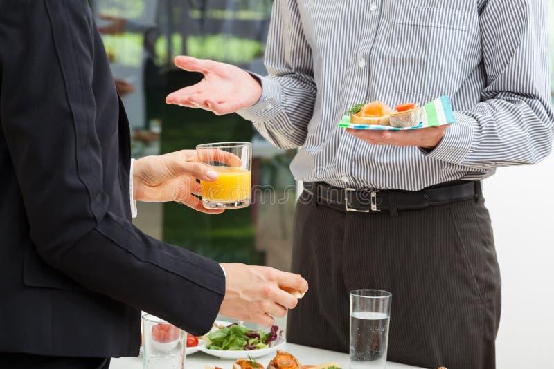 Affärsdiskussion med frukosten arkivbild