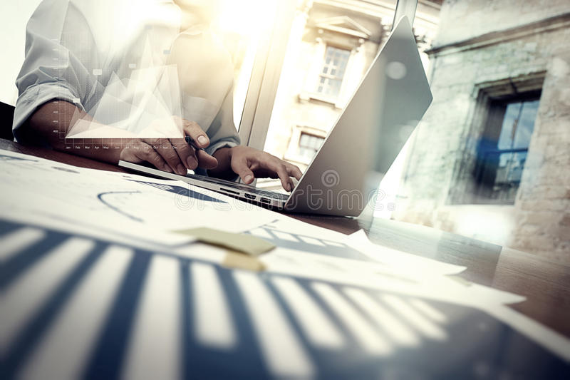 Affärsdokument på kontorstabellen med den smarta telefonen arkivbild