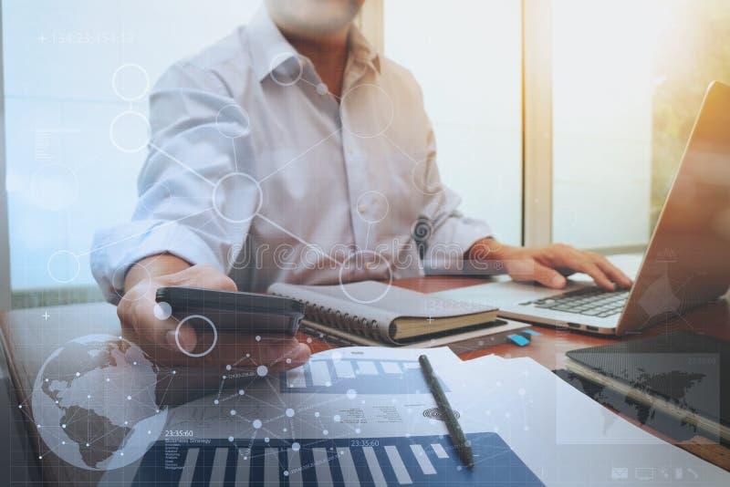 Affärsdokument på kontorstabellen med den smarta telefonen och bärbara datorn arkivbild