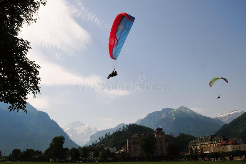 Affärsföretag och fritids- sportar i Interlaken, Schweiz royaltyfria foton