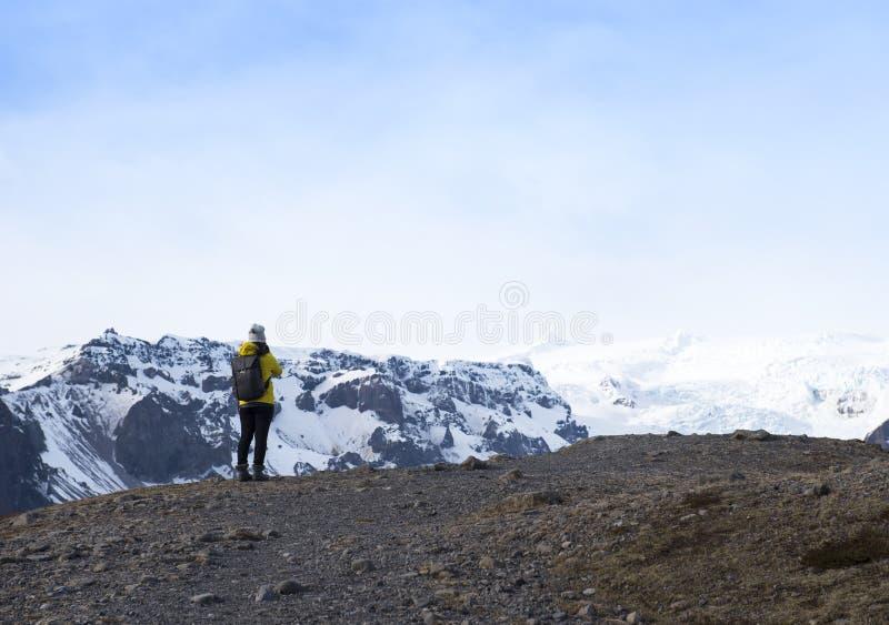 Affärsföretagkvinna vid glaciärnaturen på Island Turist i Island arkivbilder