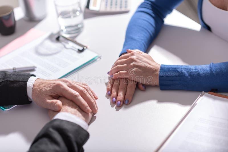 Affärsförhandling mellan affärskvinnan och affärsmannen royaltyfria bilder