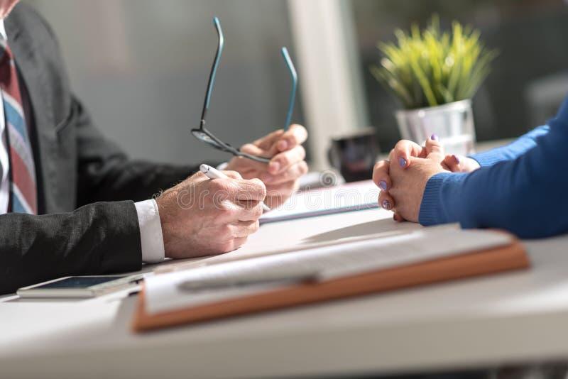 Affärsförhandling mellan affärskvinnan och affärsmannen arkivfoton