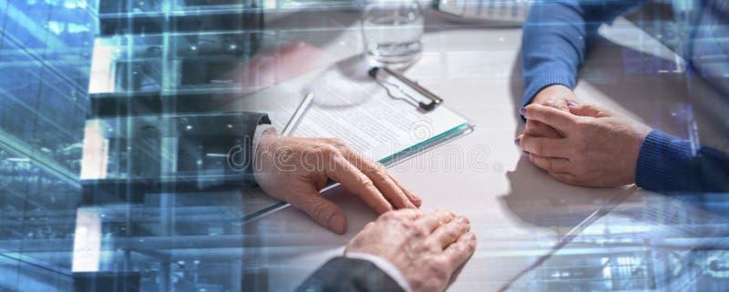 Affärsförhandling mellan affärskvinnan och affärsmannen; mult royaltyfri foto