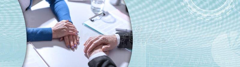 Affärsförhandling mellan affärskvinnan och affärsmannen panorama- baner arkivfoton
