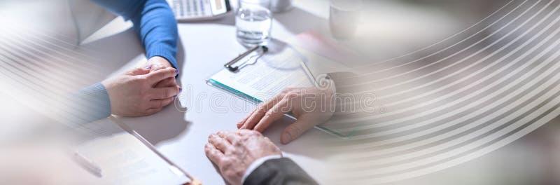 Affärsförhandling mellan affärskvinnan och affärsmannen panorama- baner arkivfoto