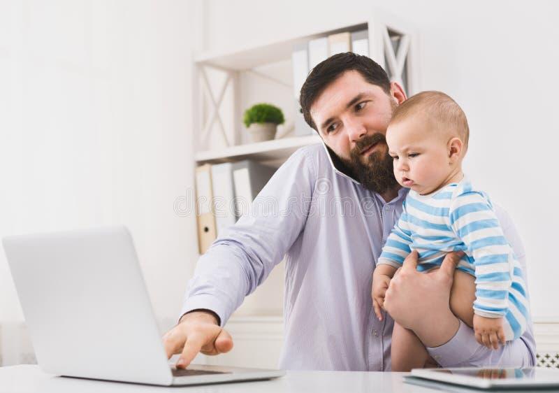 Affärsfarsan som arbetar med, behandla som ett barn i regeringsställning sonen arkivbilder
