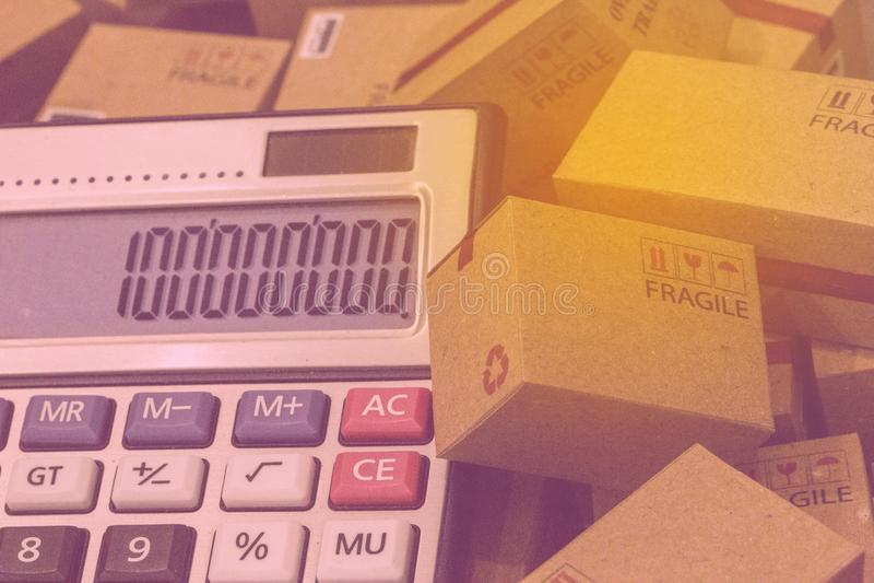 Affärsfinans: legitimationshandlingaraskar och räknemaskin med nummerappe royaltyfri foto