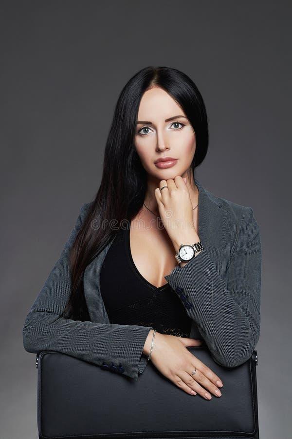 Affärsflicka i dräkt affärsdam, elegant härlig kvinna fotografering för bildbyråer