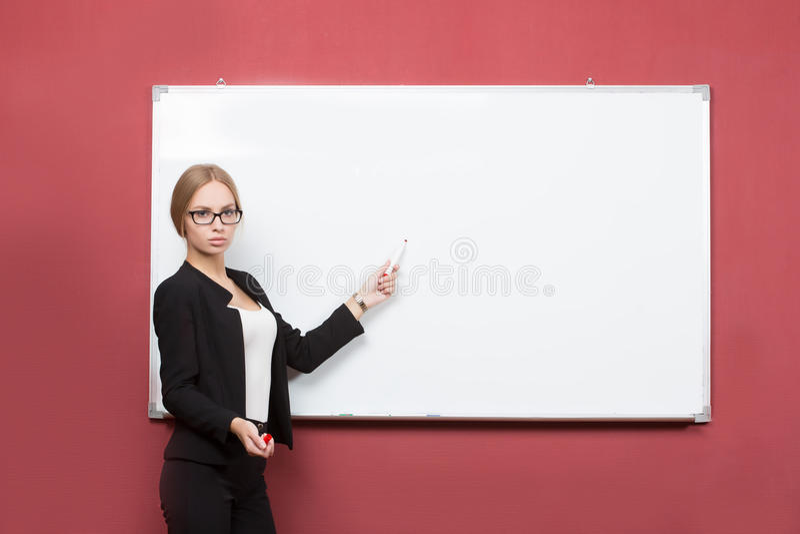 Affärsflickan visar pekfingerhanden på mellanrumet arkivfoto