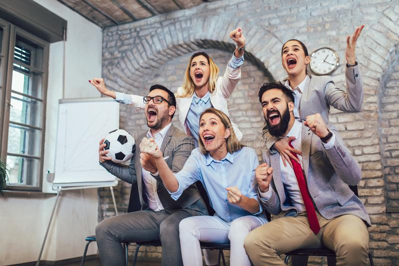 Affärsfolk eller fotbollsfan som håller ögonen på fotboll på tv och firar seger Kamratskap, sportar och underhållningbegrepp arkivfoton