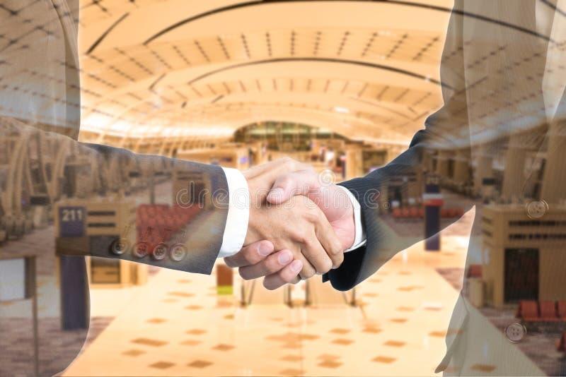 Affärsfolk för dubbel exponering som skakar händer arkivbilder
