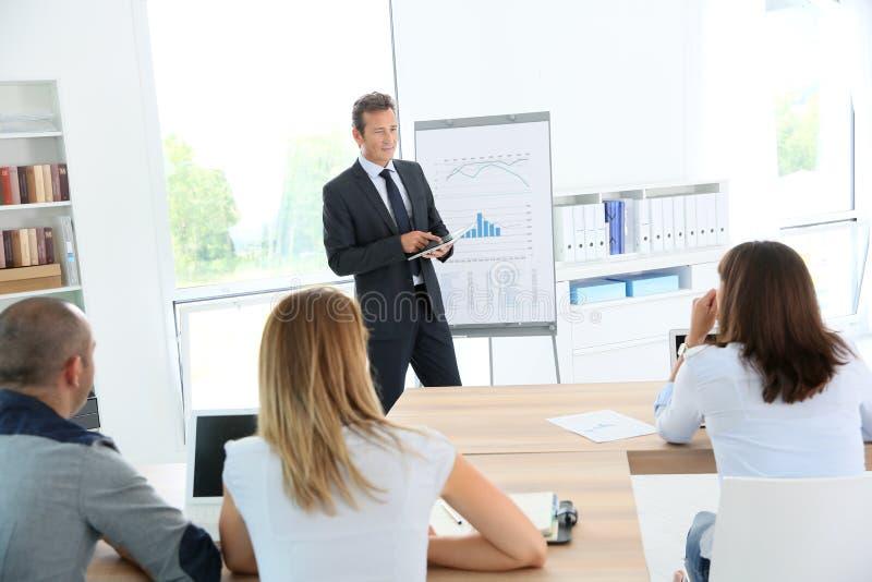 Affärsfolk i attedning presentation för möte arkivbilder