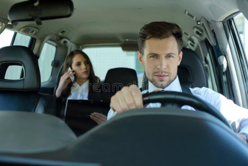 Affärsfolk i bilen arkivbilder