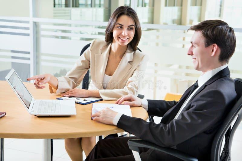 Affärsfolk i ett möte royaltyfri fotografi