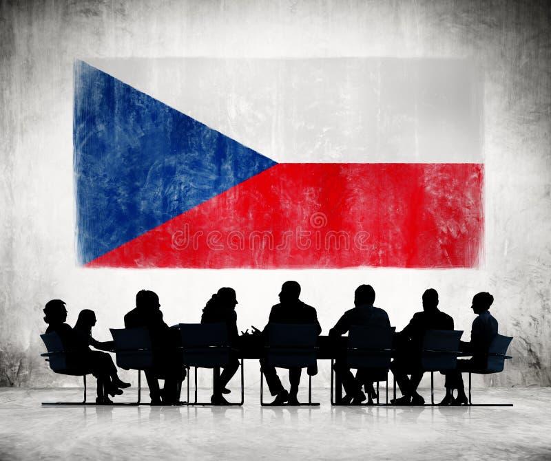 Affärsfolk i ett möte med den tjeckiska flaggan royaltyfri foto