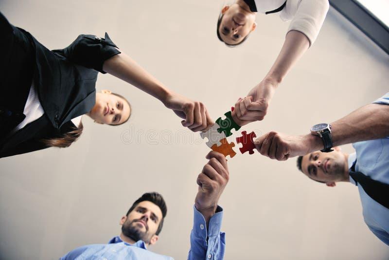 Affärsfolk i ett möte på kontoret arkivbild