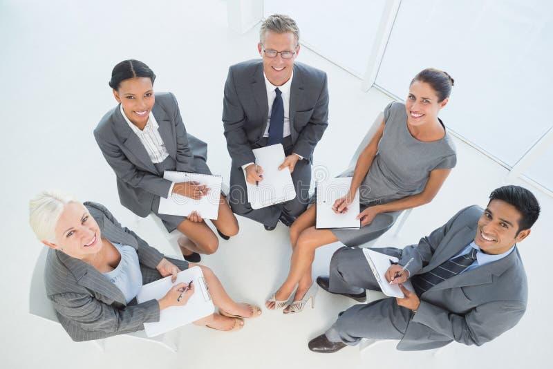 Affärsfolk i möte för bräderum arkivfoto