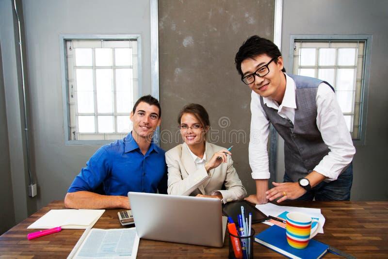 Affärsfolk i mötesrum royaltyfria bilder