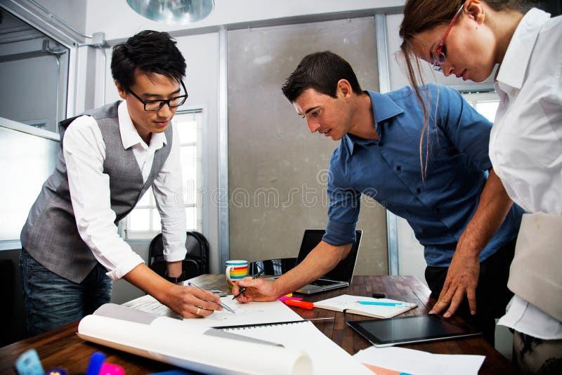 Affärsfolk i mötesrum arkivbilder