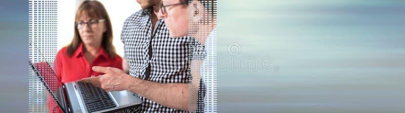 Affärsfolk i mötet som arbetar på bärbara datorn panorama- baner royaltyfri bild