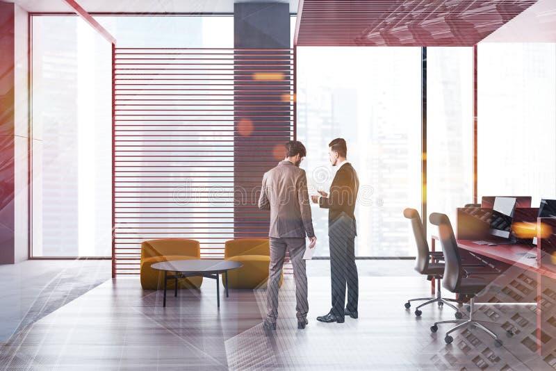 Affärsfolk i panorama- kontor med vardagsrummet arkivbild