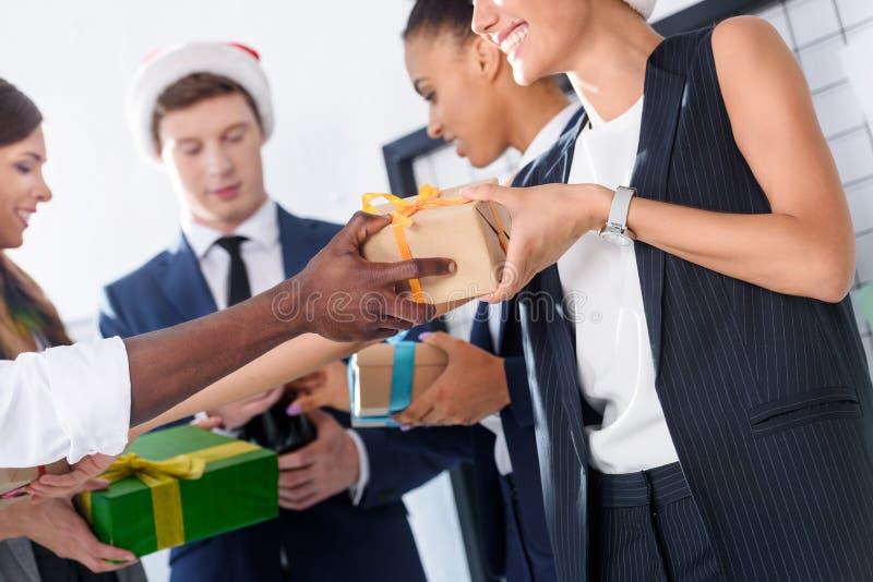 Affärsfolk med gåvor i regeringsställning royaltyfria foton