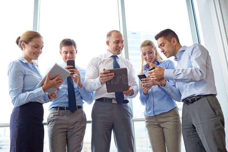 Affärsfolk med minnestavlaPC och smartphones arkivfoton