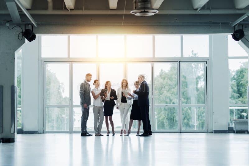 Affärsfolk med minnestavlaPCdatorer på kontoret royaltyfri foto