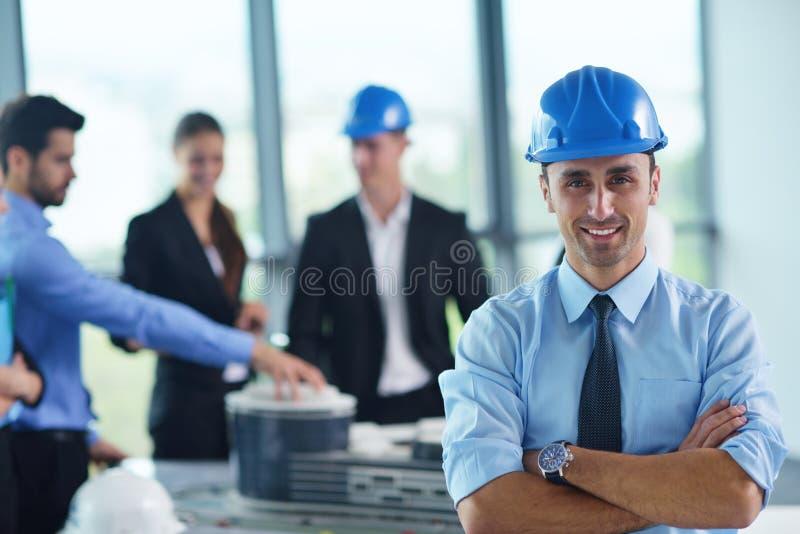 Affärsfolk och teknikerer på möte arkivbilder