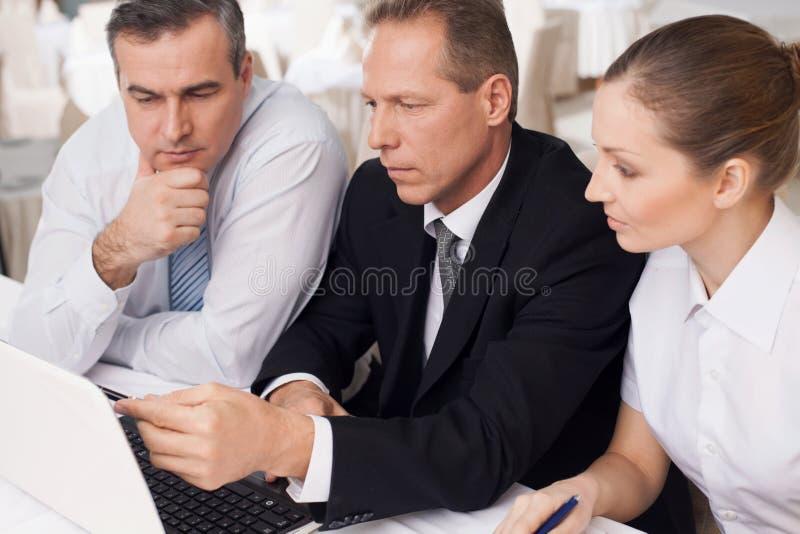 Affärsfolk på arbete. arkivbild