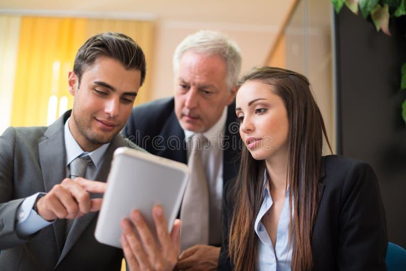 Affärsfolk på arbete tillsammans arkivbild