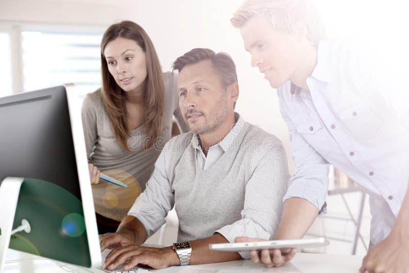 Affärsfolk på kontoret som arbetar på datoren royaltyfria bilder