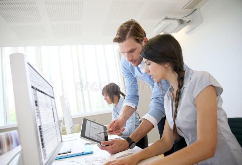 Affärsfolk på kontoret som arbetar på datoren royaltyfri foto