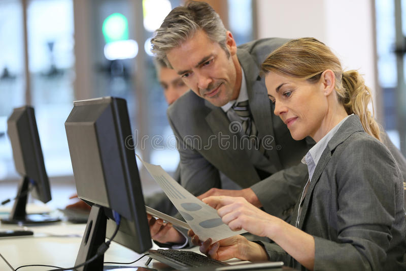 Affärsfolk på kontoret som diskuterar ny finansiell strategi royaltyfria bilder