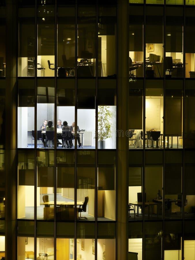 Affärsfolk på möte i regeringsställning av kvarteret royaltyfri fotografi