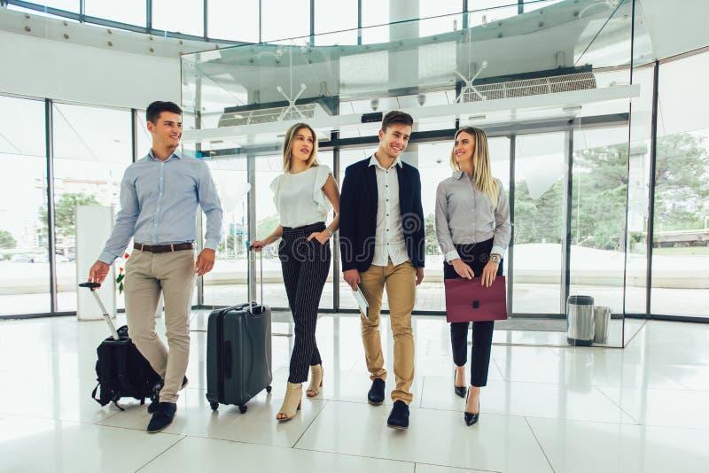 Affärsfolk pratar och går tillsammans med bagage royaltyfria foton