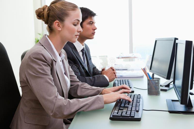 Affärsfolk som är funktionsdugligt med datorer royaltyfri bild