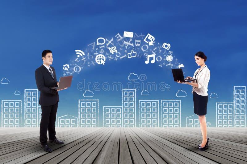 Affärsfolk som överför information arkivbilder