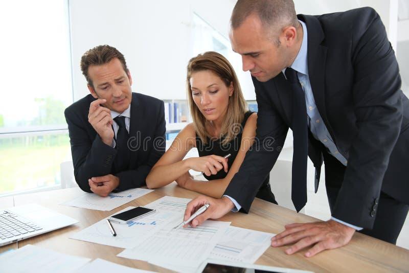 Affärsfolk som analyserar resultat arkivbild