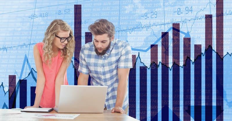 Affärsfolk som använder bärbara datorn mot grafer arkivbild