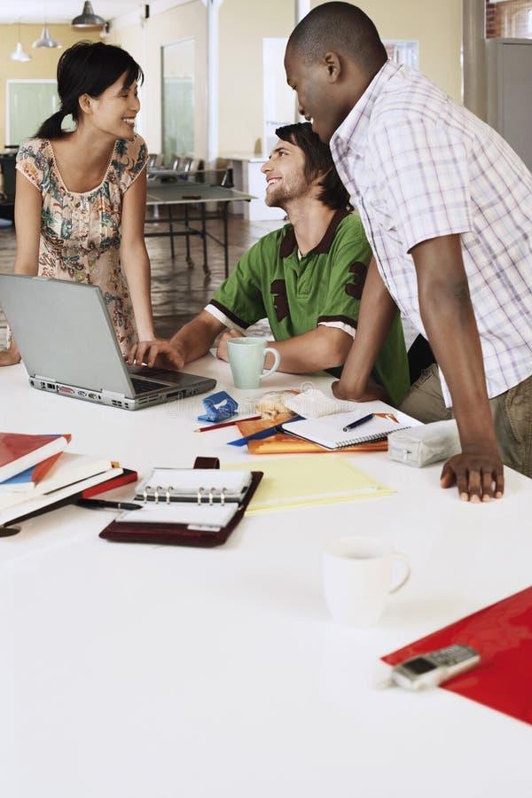 Affärsfolk som använder bärbara datorn på konferenstabellen royaltyfri foto