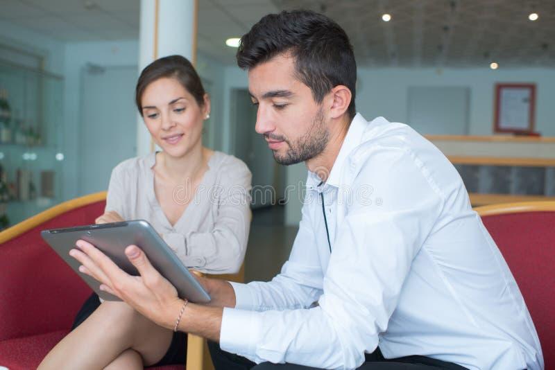 Affärsfolk som använder den elektroniska fliken arkivfoton