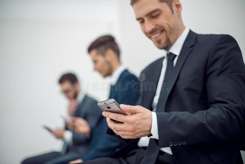 Affärsfolk som använder deras smartphones arkivfoto