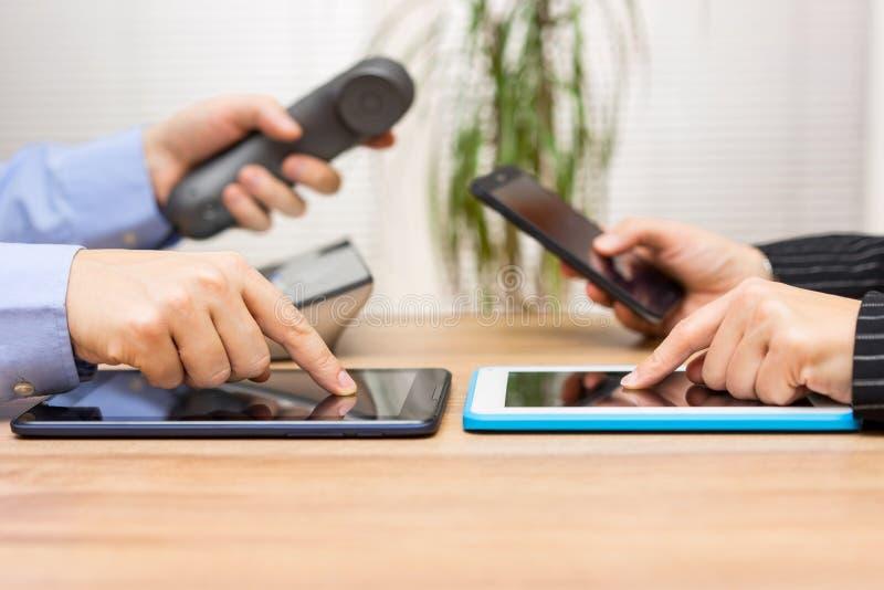 Affärsfolk som använder minnestavladatorer under möte och att använda royaltyfri bild