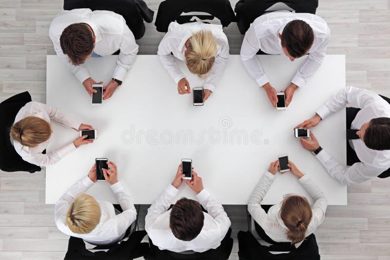 Affärsfolk som använder smartphones royaltyfri fotografi