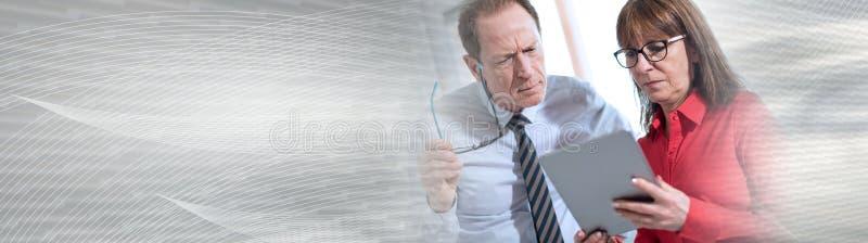 Affärsfolk som använder tableten panorama- baner arkivfoton