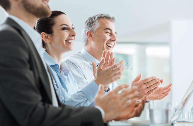 Affärsfolk som applåderar händer under ett seminarium royaltyfri foto
