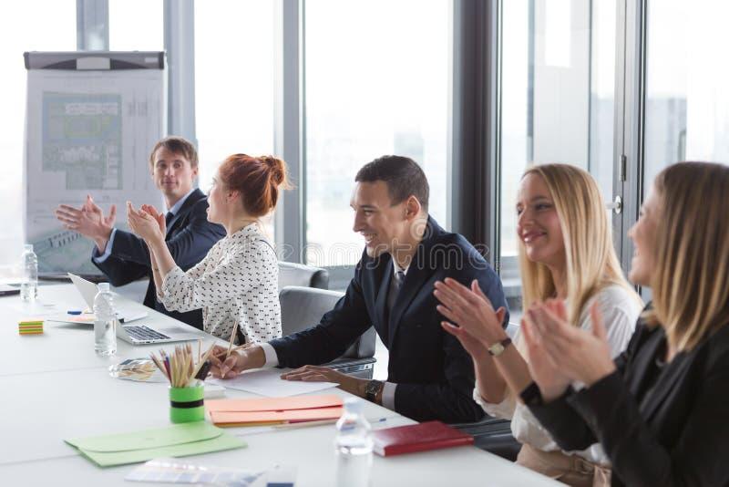 Affärsfolk som applåderar händer under mötet arkivbilder