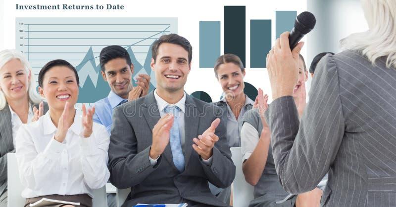 Affärsfolk som applåderar medan ledare som ger anförande royaltyfri illustrationer